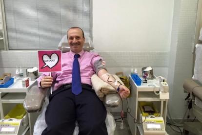 Dr. Jamal Azzam mais uma vez doando sangue, outubro de 2015
